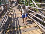 ketua-rt-75-desa-setu-wetantokid-di-jembatan-kedung-bawang-rabu-1582018_20180815_133333.jpg