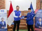 ketua-umum-partai-demokrat-agus-harimurti-yudhoyono-bersama-pelatih-madura-united.jpg