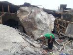 kholid-60-saat-berada-di-depan-rumahnya-yang-hancur.jpg