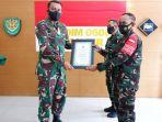 komandan-kodim-0608cianjur-letkol-kav-ricky-arinuryadi-sh-mm-memberikan-penghargaan.jpg