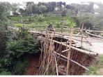 kondisi-jembatan-cileles-cilayung-yang-diperbaiki-seadanya-1_20180123_102919.jpg