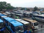 kondisi-terminal-cicaheum-dengan-deretan-armada-bus_20160505_192052.jpg