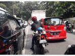 lalu-lintas-yang-padat-merayap-di-tikungan-jalan-raya-lembang-kabupaten-bandung_20171230_124726.jpg