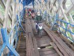 lewati-jembatan-cirahong-di-kabupaten-ciamis.jpg