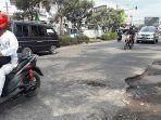 lubang-jalan-rusak-di-jalan-raya-bandung-cirebon-kecamatan-sumedang-utara.jpg