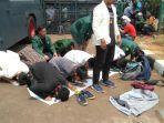 mahasiswa-aksi-demonstrasi-sholat-dzuhur-berjamaah.jpg