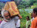 mantan-presiden-timor-leste-xanana-gusmao-memikul-bantuan.jpg