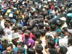 massa-aksi-berbaju-hitam-sempat-terlibat-kericuhan-dengan-mahasiswa.jpg