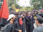 massa-berpakaian-hitam-hitam-sebelum-bentrok-dengan-polisi-di-kota-sukabumi.jpg