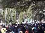 massa-demonstrasi-di-depan-gedung-dprd-cimahi-selasa-6102020.jpg