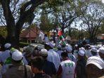 massa-front-pembela-islam-fpi-di-pn-bandung_20181008_111600.jpg