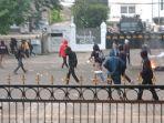 massa-lempari-polisi-pakai-batu-di-depan-gedung-dprd-jabar-rabu-7102020.jpg