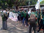 massa-mahasiswa-bawa-spanduk-dan-bendera-di-gedung-dpr-mpr-ri.jpg
