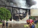membakar-gedung-pt-dunia-daging-purwakarta.jpg