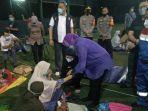 mensos-risma-sedang-meninjau-posko-pengungsian-korban.jpg