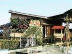mini-zoo-di-area-rooftop-grand-tjokro-hotel.jpg