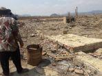 miska-81-saat-mengambil-sisa-sisa-bata-di-reruntuhan-bekas-rumahnya-di-waduk-jatigede_20180902_155628.jpg