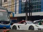 mobil-mewah-sport-porsche-berkelir-putih-yang-menerobos-jalur-bus-transjakarta.jpg