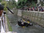mobil-nyemplung-ke-sungai-citepus.jpg