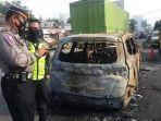 mobil-terbakar-setelah-menabrak-barrier-beton-pembatas-di-jalan-raya-interchange-karawang-barat.jpg
