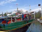 nelayan-di-pelabuhan-karangsong-kabupaten-indramayu-712020.jpg