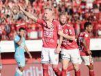 nick-van-der-velden-angkat-tangan-merayakan-gol-kedua-bali-united_20180911_184909.jpg