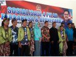nurul-arifin-baju-biru-bersama-agung-budi-santoso-baju-batik_20180210_131410.jpg