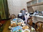 ny-yoyoh-sopiah-ruhimat-istri-bupati-subang-ruhimat-sedang-menyiapkan-menu-berbuka-puasa.jpg
