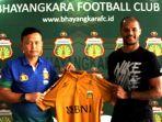 official-tim-bhayangkara-fc-yeyen-tumena-kiri-bersama-david-aparecido-da-silva_20180130_163951.jpg