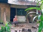 ono-saat-berada-di-rumahnya-yang-merupakan-tanah-desa-di-pangandaran.jpg