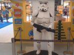 pajangan-karakter-star-wars-stromtroopers-yang-dibuat-dari-susunan-balok-lego_20180713_185400.jpg