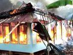 pakai-ember-air-diambil-dari-sumur-warga-sukses-padamkan-api-yang-membakar-rumah-di-cianjur.jpg