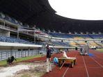 para-pekerja-tengah-mempersiakan-stadion-gbla_20180115_103434.jpg