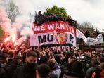 para-pendukung-memprotes-pemilik-manchester-united-_.jpg