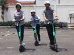 para-pengunjung-mall-sedang-mencoba-mengendarai-grabwheels.jpg