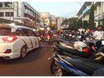 parkir-membuat-macet-di-jalan-cikapundung-barat_20171225_200910.jpg