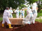 pasien-covid-19-di-majalengka-yang-meninggal-dunia-dimakamkan-oleh-petugas.jpg
