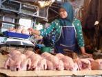 pedagang-daging-ayam-berjualan-di-pasar-cihargeulis_20150824_143052.jpg