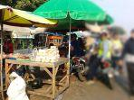 pedagang-di-badan-jalan-dewi-sartika-depan-pasar-sumber-rabu-1482019.jpg