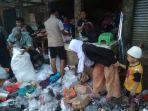 pedagang-pasar-ciranjang-memilah-barang-dagangan.jpg