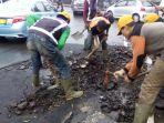 pekerja-dinas-bina-marga-kota-bandung-memperbaiki-aspal-jalan-viaduct_20170301_182137.jpg