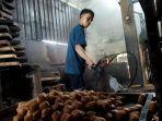 pekerja-pabrik-tahu-sari-asih-saat-menggoreng-tahu-untuk-konsumen-di-pasar.jpg