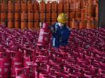 pekerja-pertamina-sedang-merapikan-tabung-gas.jpg