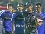 pelatih-timnas-u-22-indonesia-shin-tae-yong-sedang-memberikan-arahan.jpg