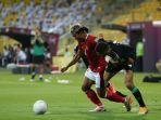 pemain-indonesia-merah-saat-berjuang-mempertahankan-bola.jpg