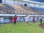 pemain-persib-bandung-tengah-mengikuti-sesi-latihan-di-stadion-gbla-sabtu-1032018_20180310_105004.jpg