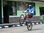 pemain-seleksi-persib-bandung-asal-brasil-joel-vinicius-beraksi-di-atas-sepeda.jpg