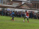 pemain-t-team-fc-malaysia-makan-konate-mengecoh-pemain-bertahan-persigar-garut_20161205_191112.jpg