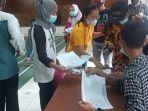 pembagian-bantuan-ppkm-darurat-kepada-warga-di-desa-ciherang-cianjur.jpg