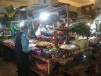 pembeli-sedang-berbelanja-sayuran-di-pasar-panorama-lembang-kecamatan-lembang.jpg